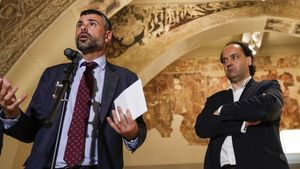 El 'exconseller' Santi Vila junto a Pepe Serra, director del MNAC, durante una rueda de prensa en julio del 2016