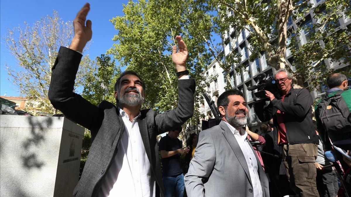 Jordi Sànchez y Jordi Cuixart, tras declarar en la Audiencia Nacional por un delito de sedición.