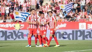 Stuani, felicitado tras marcar el penalti.