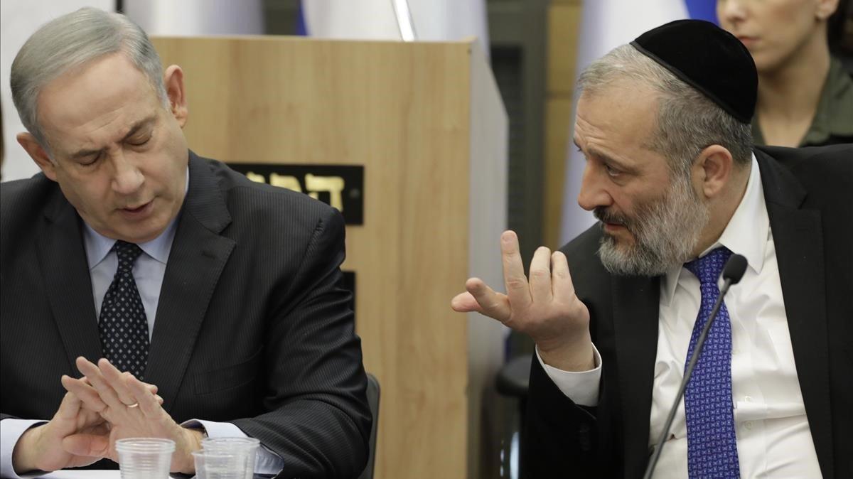 El primer ministro israelí en funciones,Binyamin Netanyahu, junto al ministro del Interior,Aryeh Deri.