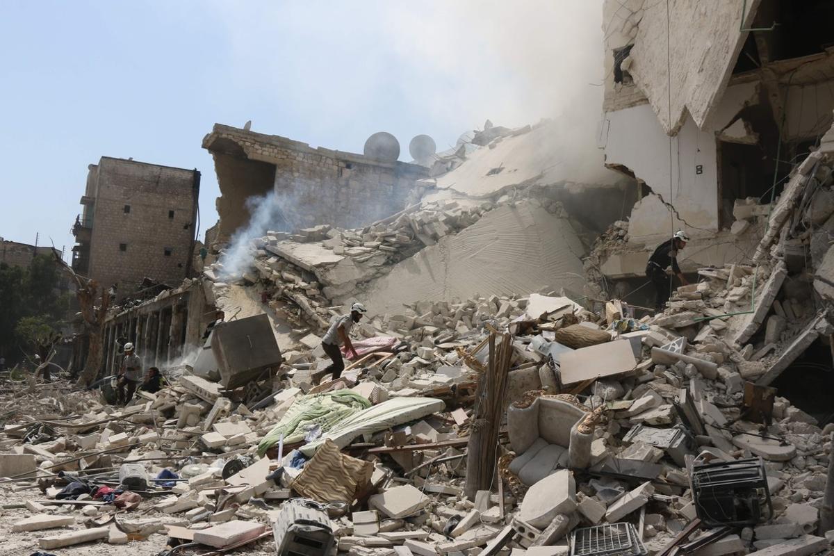 Así ha quedado el edificio donde se celebraba la ceremonia previa a un funeral y que ha sido alcanzado por barriles bomba arrojados desde helicópteros.