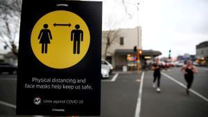 Una señal que recuerda la distancia de seguridad por el coronavirus en Auckland, en una foto del pasado mes de agosto.