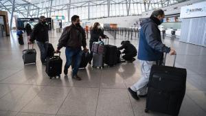 Viajeros en el aeropuerto de Montevideo, Uruguay.