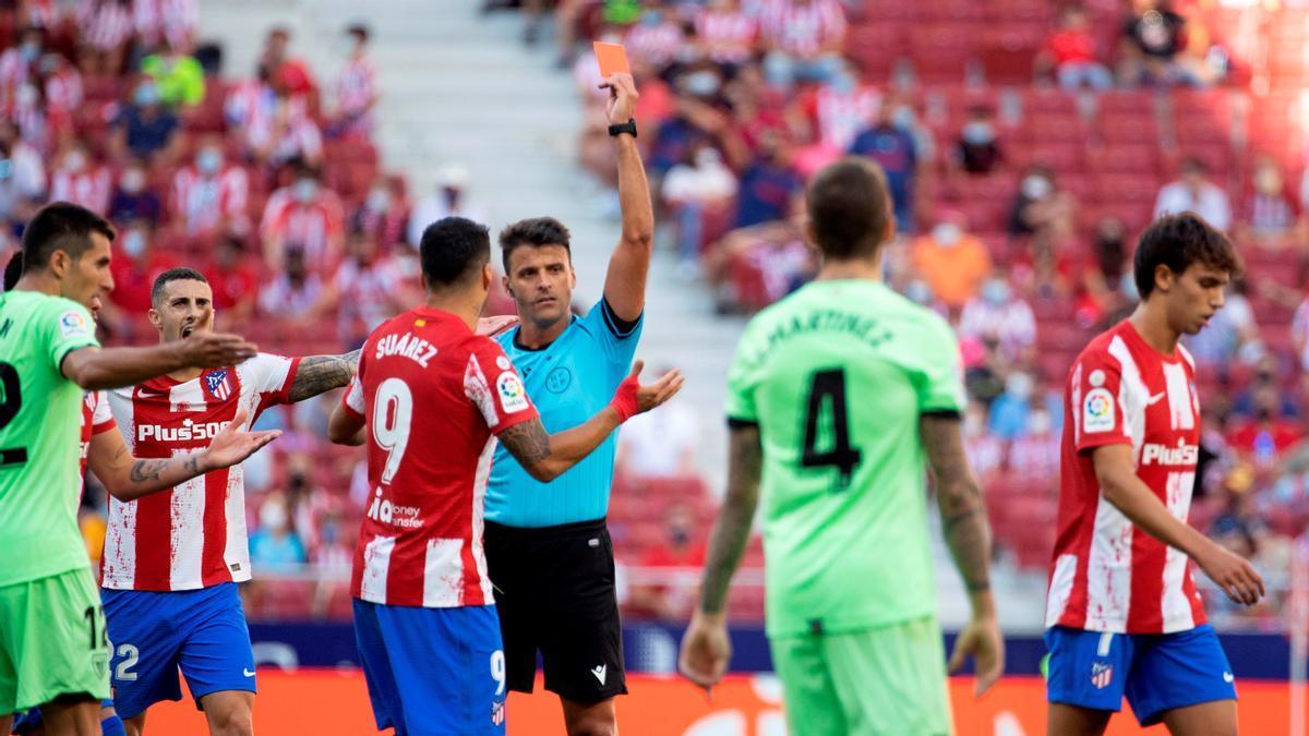 Joao Félix se va expulsado por Gil Manzano.