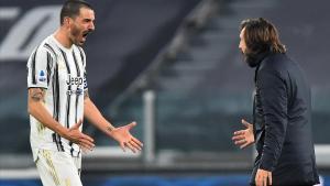Bonucci festeja el tanto decisivo con su entrenador Andrea Pirlo