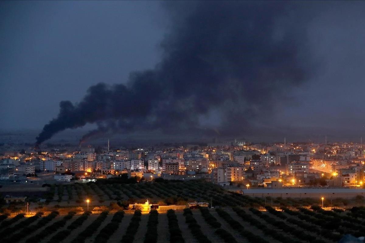 Bombardeos sobre la ciudad siria de Ras al-Ein, vista desde la frontera turca.