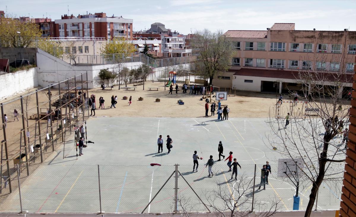 Niños jugando en uno de los patios de IE Mar Mediterrània de Mataró.