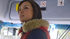 Una jove mexicana puja a un dels autobusos només per a dones.
