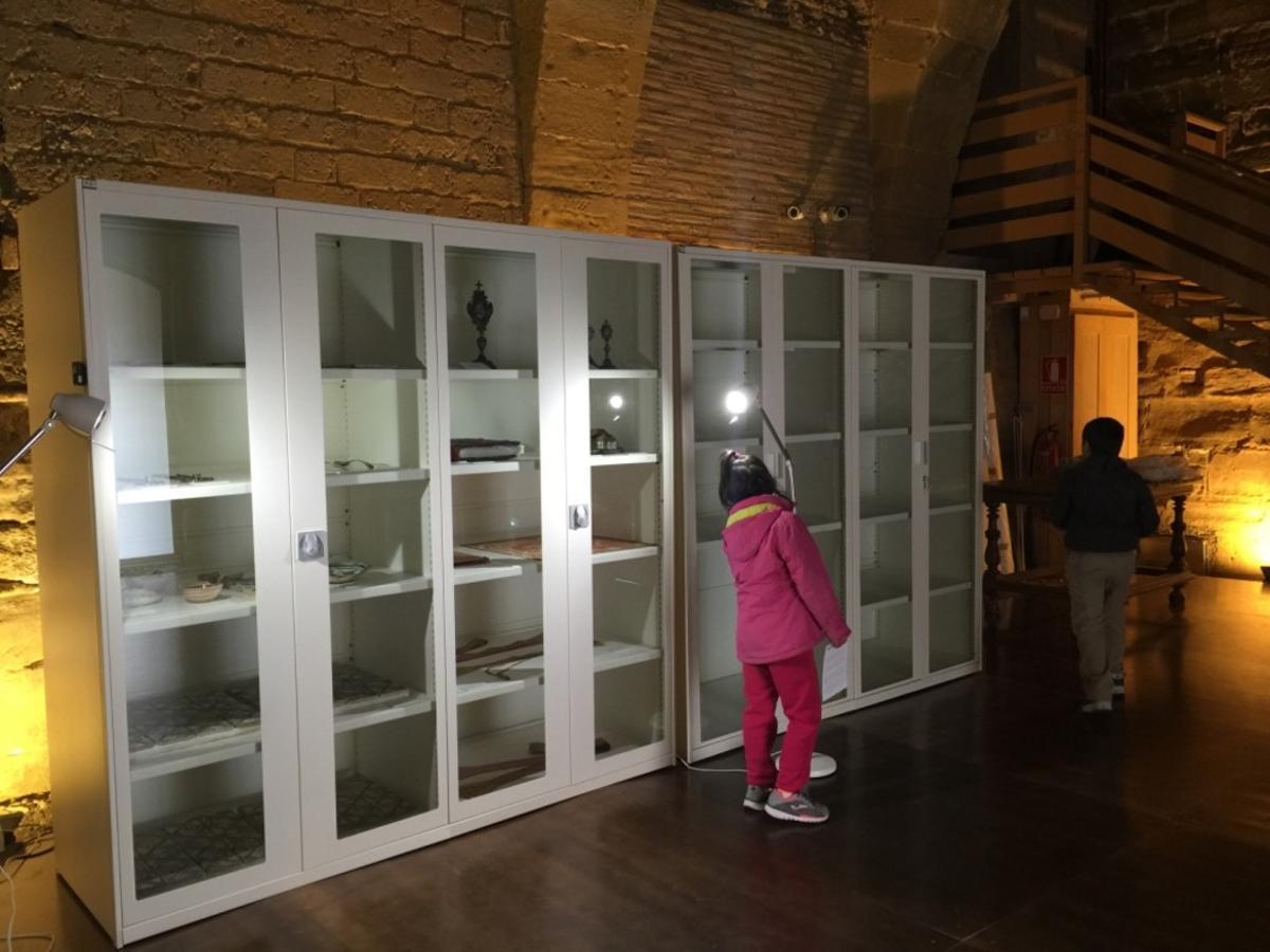 Aspecto de las vitrinas, unas llenas y otras vacías, donde se exponen juntos materiales diferentes.