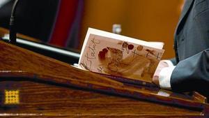 Artur Mas lee un ejemplar del Estatut de Catalunya, ayer en el Parlament durante la sesión de control al Govern.