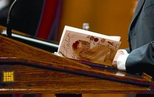 Artur Mas llegeix un exemplar de l'Estatut de Catalunya, ahir al Parlament durant la sessió de control al Govern.