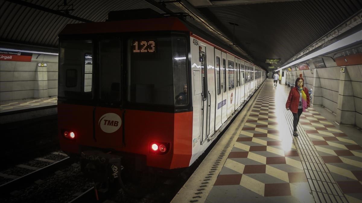 Estación de metro de la línea roja en Barcelona