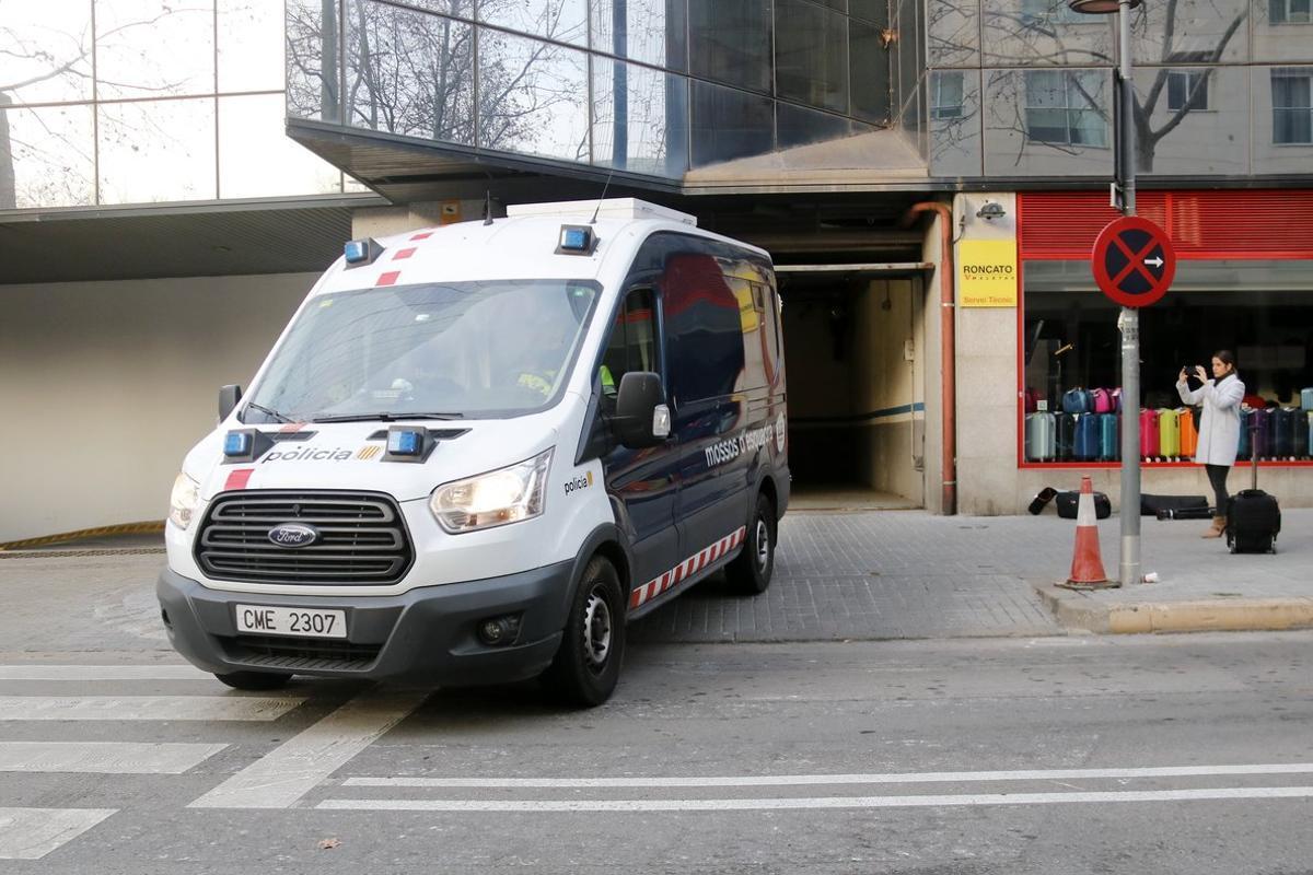 Una furgoneta de los Mossos traslada a los detenidos por violación múltiple en Sabadell hasta los juzgados.