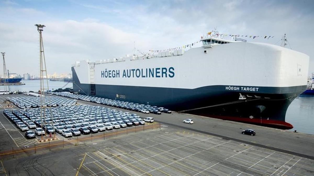 El barco Höegh Target, el barco más grande del mundo de transporte de vehículos, ha atracado en Barcelona.