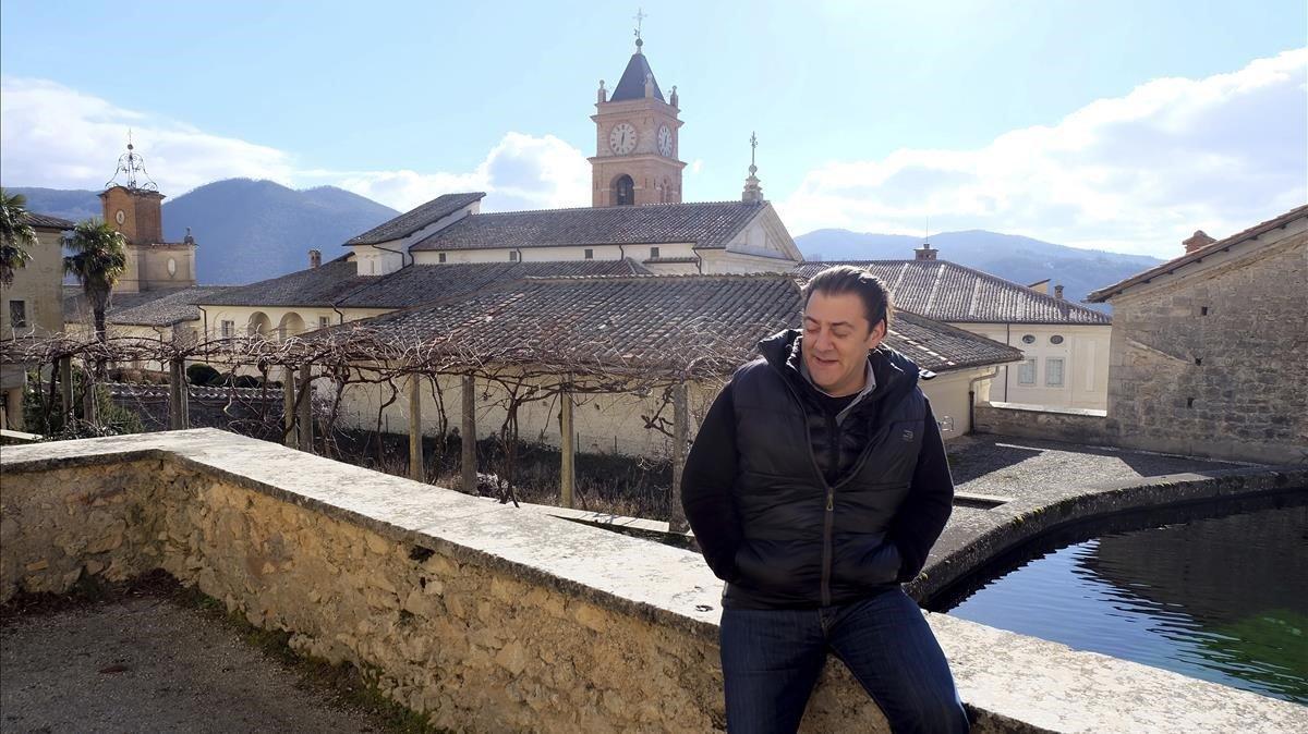 El director deDignitas Humanae Institute, el británicoBenjamin Harnwell, junto a monasterioTrisulti, en el sur de Roma.