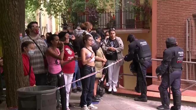 Protesta por el desahucio de una familia vulnerable con un menor en Poble Sec