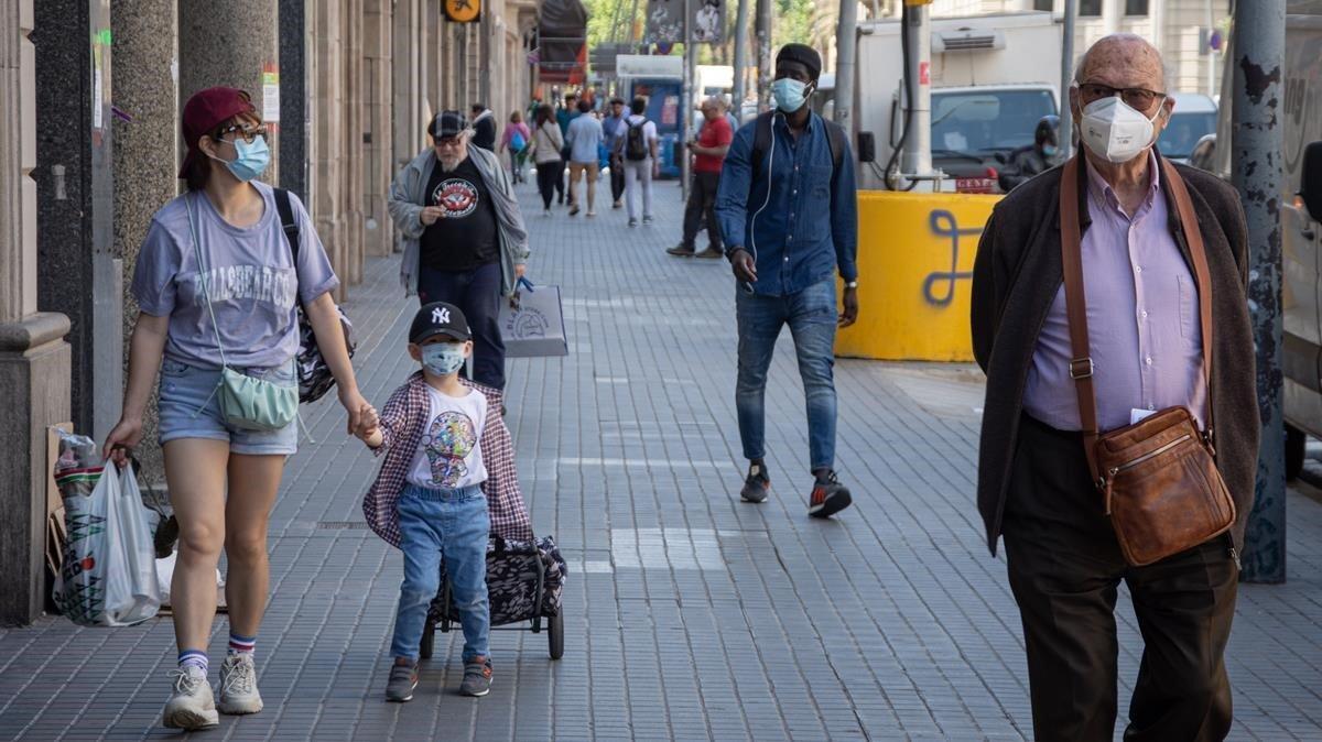 Peatones y paseantes en la calle barcelonesa de Pelai, el lunes 18 de mayo.