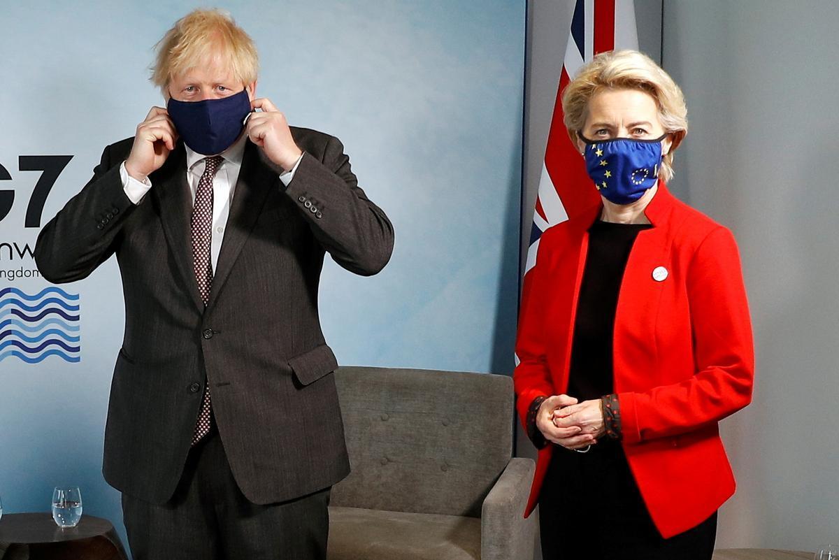La presidenta de la Comisión Europea, Ursula von der Leyen, y el primer ministro británico, Boris Johnson, este 12 de junio durante la cumbre del G7 en Cornualles (Reino Unido).