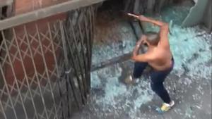 Pelea entre bandas de ocupas en el barrio barcelonés de Sants, el pasado 12 de mayo.