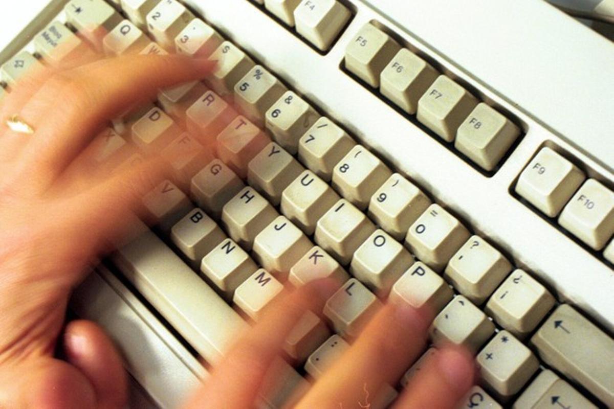 Un hombre, utilizando ordenador.