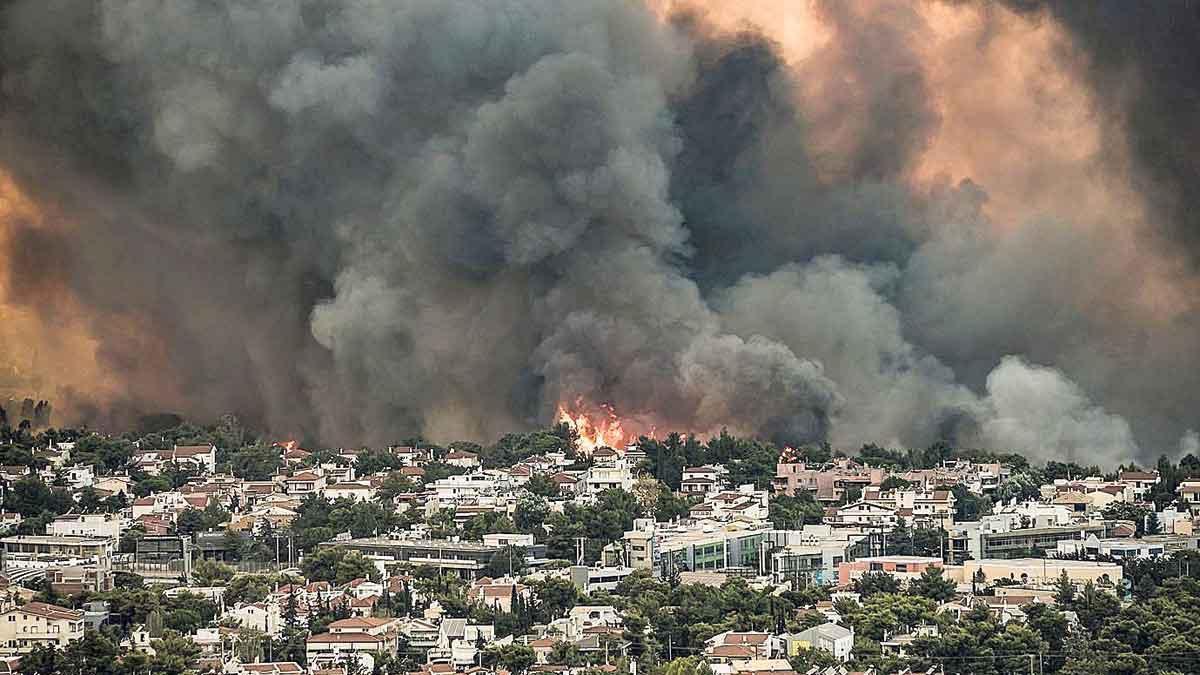 Amenaza de Incendio forestal junto a una zona urbanizada de Tatoi, a unos 20 kilómetrsos de Atenas.