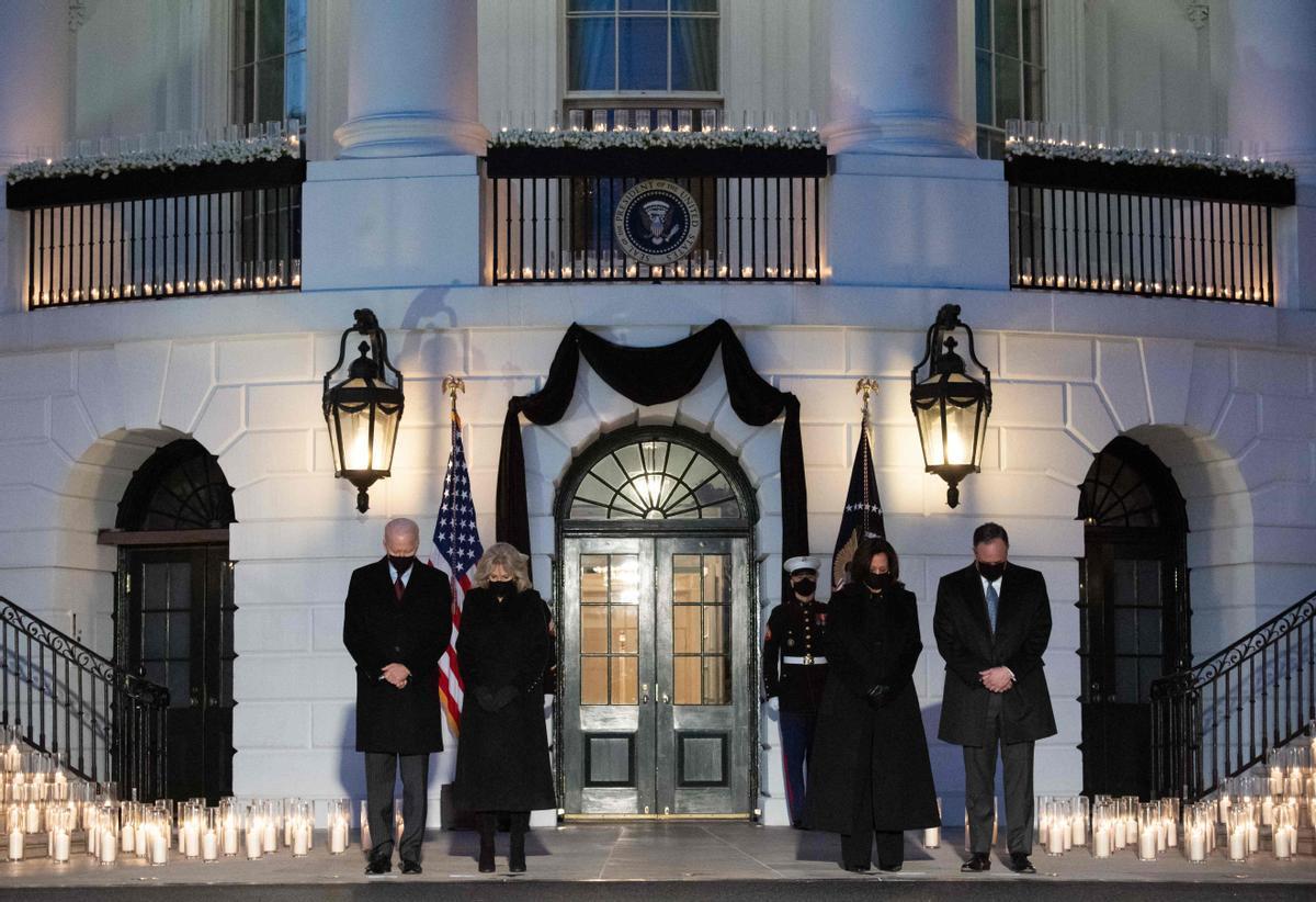 Homenaje en la Casa Blanca a las víctimas del covid-19 en EEUU, donde se ha llegado al medio millón de muertos.