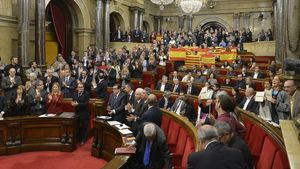 Los diputados del PPC muestran banderas españolas y catalanas tras la aprobación de la declaración de inicio de ruptura de Junts pel Sí y la CUP.