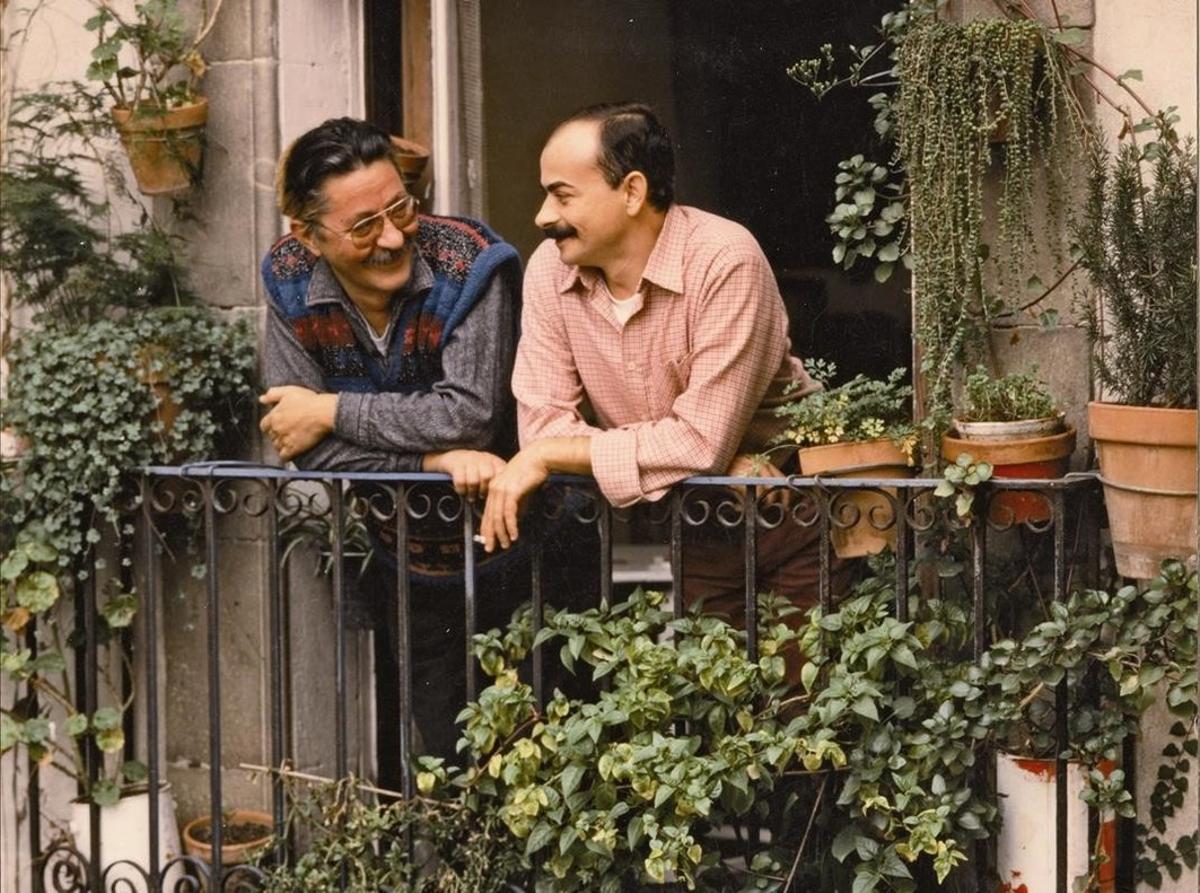 Nazario y su desaparecida pareja, Alejandro, en el balcón de su casa en Barcelona, en una imagen del libro de memorias del dibujante.