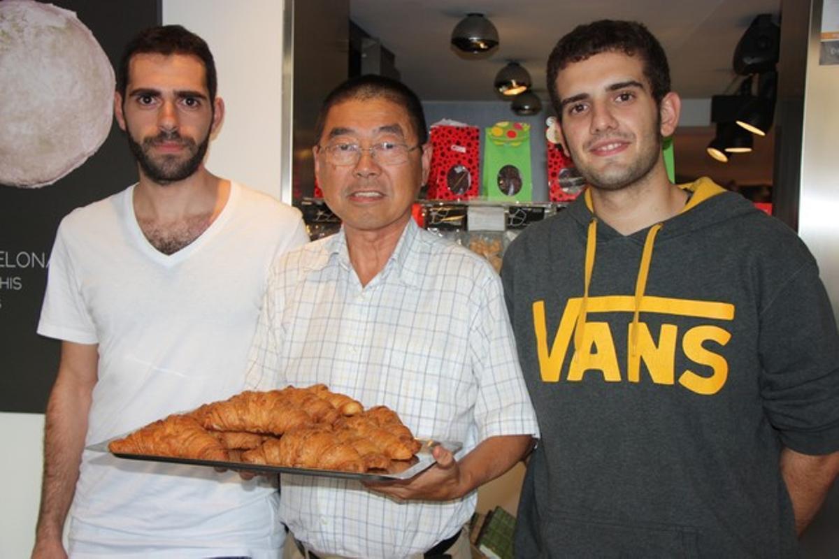 El pastelero Takashi Ochiai, con el jefe del obrador, Jordi Morelló y el pastelero Albert Gonzàlez
