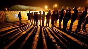 Votantes hacen cola frente a un local electoral antes del cierre de la votación, este miércoles en Johannesburgo.