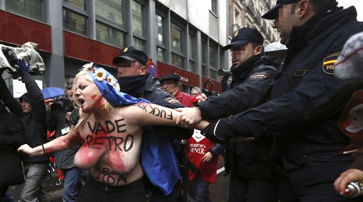 Protesta de Femen en una marcha antiabortista en Madrid.