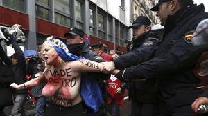 Activistes de FEMEN irrompen en la manifestació contra l'avortament de Madrid.