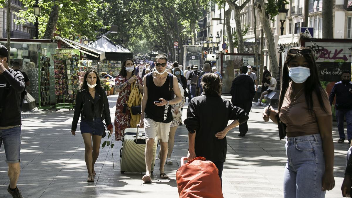 BARCELONA 27/05/2021 Esta mañana gente sin mascarilla por las Rambles i la Pl ReialMascarilla, Covid, Máscara, coronavirusFotografia de JOAN CORTADELLAS