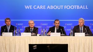Los directivos de la UEFA en conferencia de prensa.