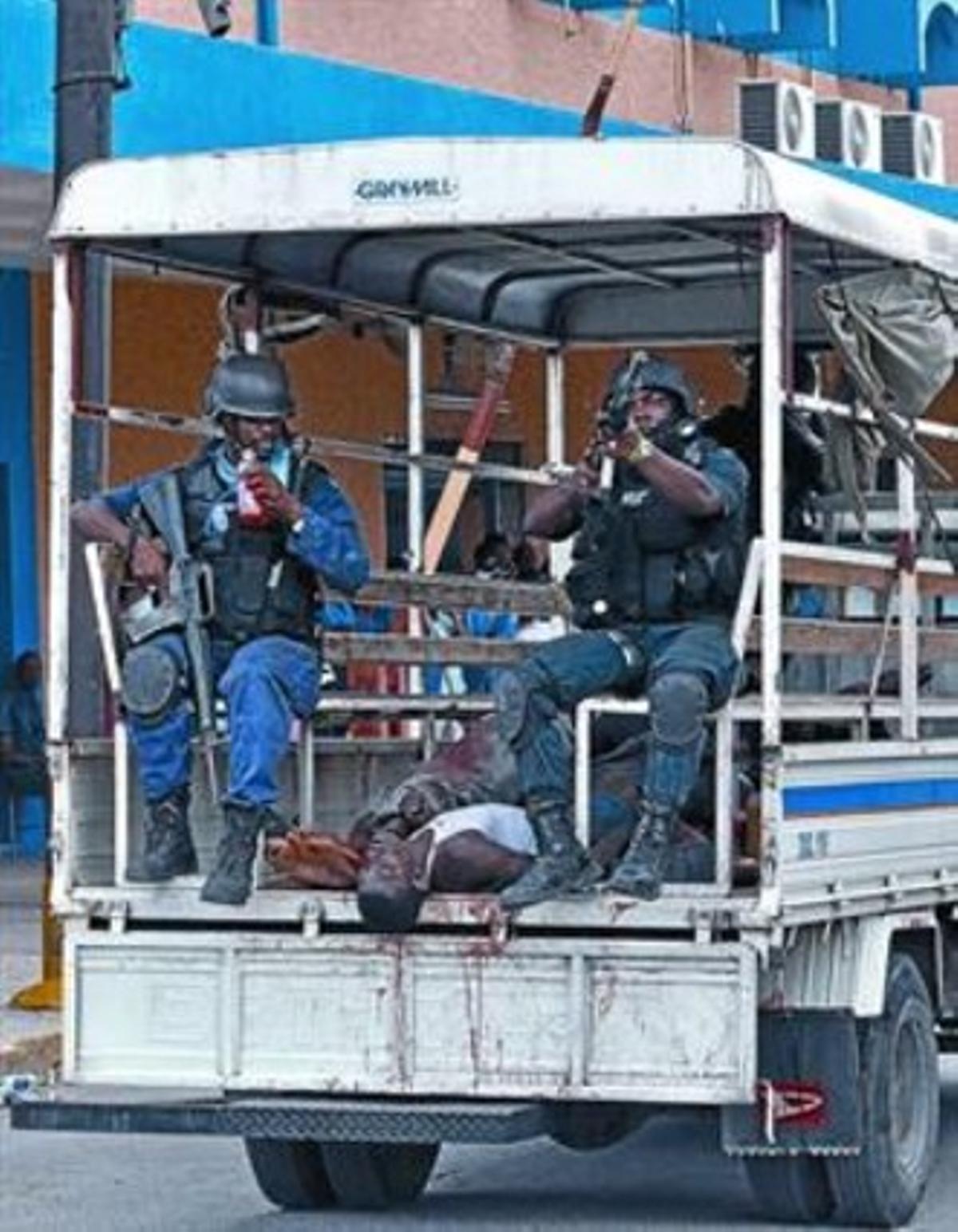 La policía irrumpe en las inmediaciones de un hospital de Kingston con 12 cuerpos en una furgoneta.