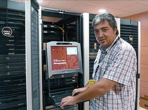 Jordi Murgó, con unos servidores en la empresa en que trabaja, en Lleida.