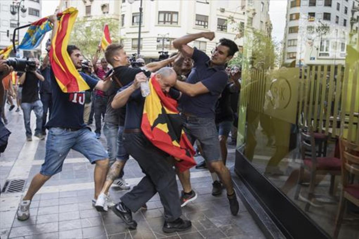 Agresión ultra contra los manifestantes de la marcha del 9 d'octubre en València.
