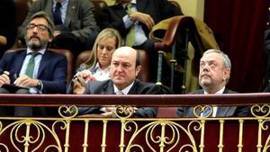 El presidente del PNV, Andoni Ortuzar, y el consejero de Hacienda vasco,Pedro Maria Azpiazu,en la tribuna del Congreso de los Diputados siguiendo el Pleno.
