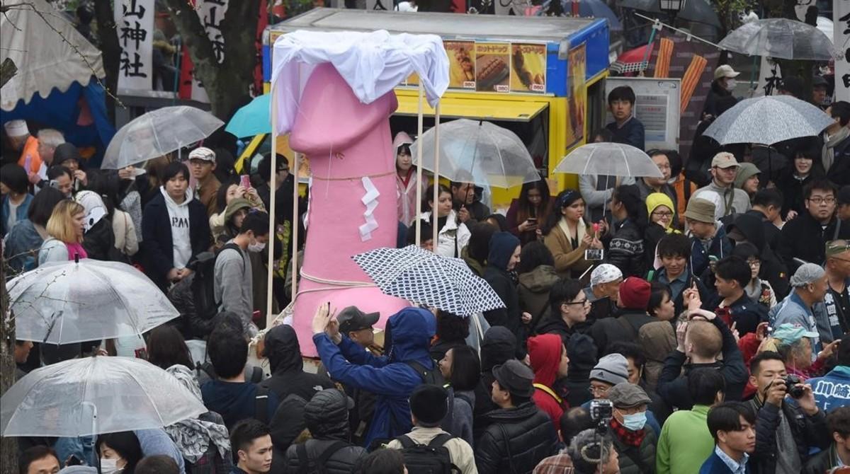 Más de 20.000 personas han participado en el festival de la fertilidad en Kawasaki.