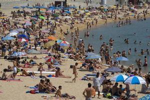 Playa abarrotada en Barcelona