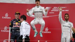 Nico Rosberg celebra la victoria, con Max Verstappen, segundo, y Lewis Hamilton, tercero, en Suzuka.