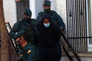 José Arcadio D. N., 'El melillero', sale custodiado por la guardia civil de los juzgados de Fuengirola (Málaga) este lunes, tras ser detenido como sospechoso de arrojar ácido a su expareja y a una amiga de esta en Cártama.