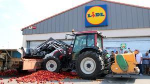 Protesta d'agricultors a Lleida pels preus baixos