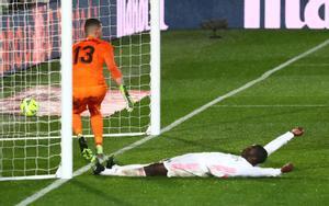 El madridista Mendy celebra en el suelo el segundo gol ante el Getafe.
