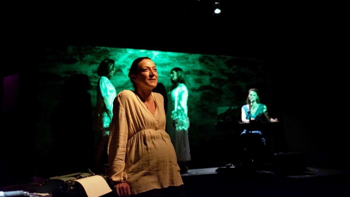Gina Clotet, en primer término, interpreta a Aina cuando ya es una mujer adulta.