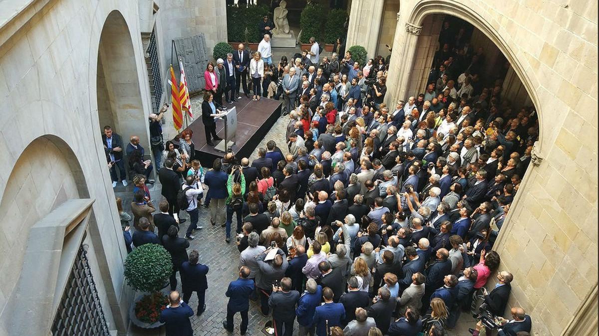 Colau se dirige a los alcaldes favorables al refereréndum, en el Ayuntamiento de Barcelona este sábado.