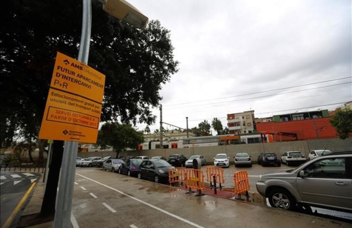 Cartel que indica el estreno de un aparcamiento disuasorio en Castelledefels. Dice octubre, será noviembre.