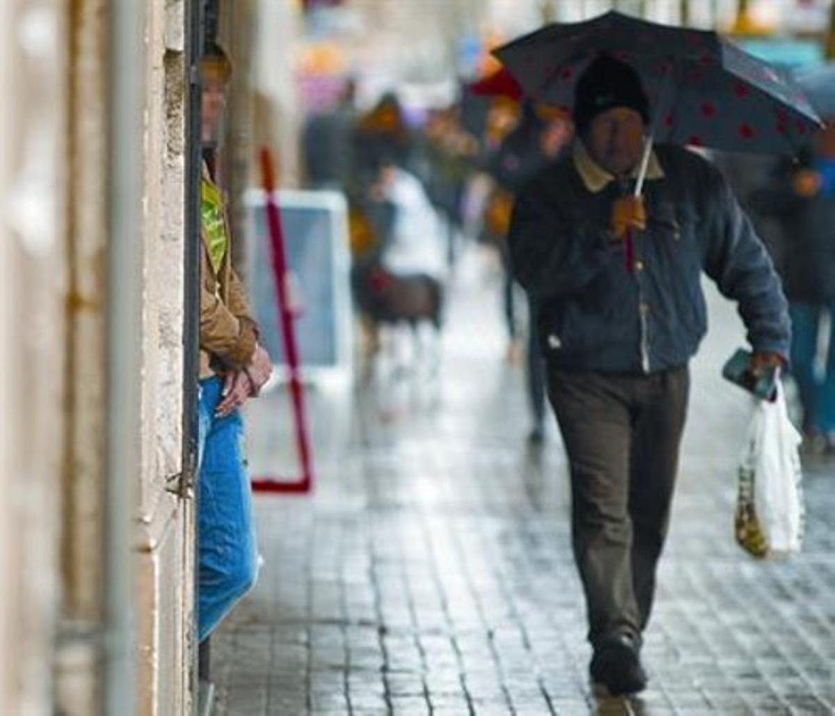 En la calle 8 Una mujer aguarda en un portal de la ronda de Sant Antoni, ayer por la mañana.