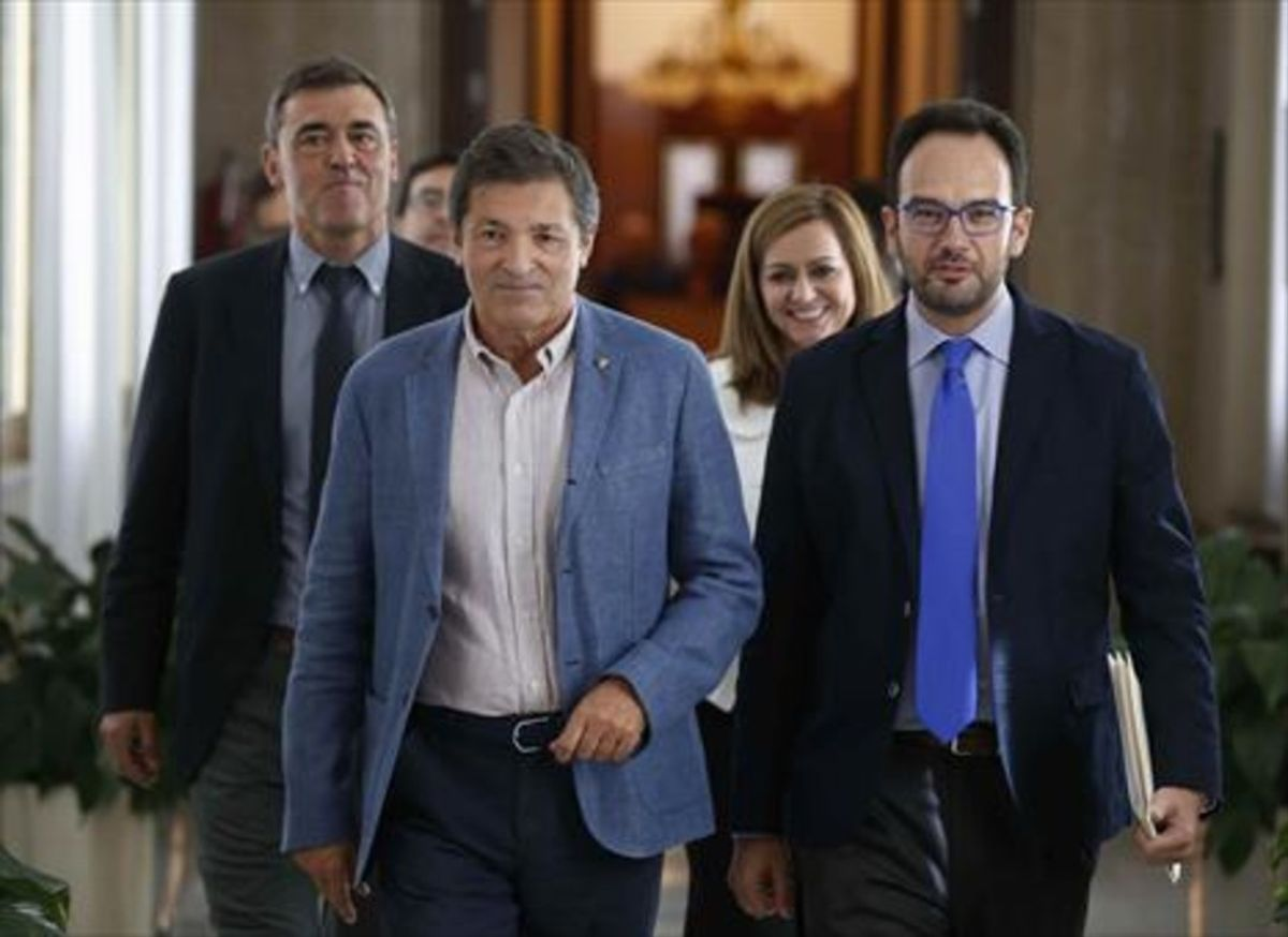 El presidente de la gestora del PSOE, Javier Fernández (izq.) y el portavoz en el Congreso, Antonio Hernando.