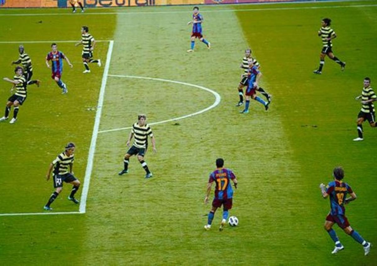 Pedro conduce un ataque del Barça frente a ocho jugadores del Hércules que tratan de defender al portero, el sábado.